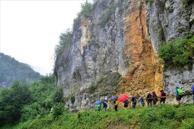 Bunte Punkte vor grauer Felswand: Die Leserwanderer brachten Farbe in die triste Landschaft.