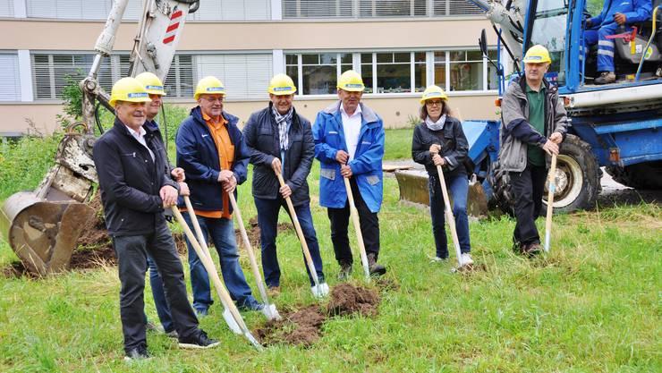 Die Behörden machten den ersten Spatenstich für das neue Schulhaus.