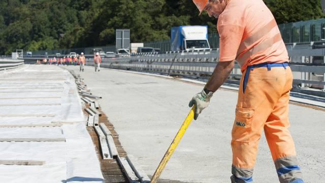 Ein Arbeiter auf einer Baustelle an der Autobahn A9 (Symbolbild)