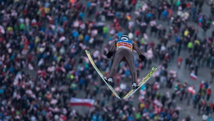 Kamil Stoch fliegt seinen polnischen Fans entgegen