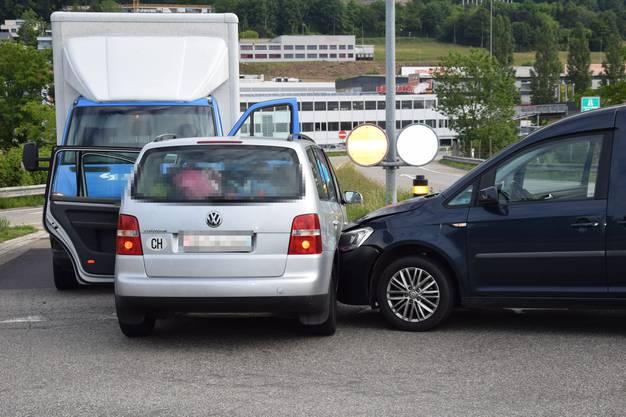Egerkingen SO, 27.Mai: Eine Autolenkerin übersieht beim Abbiegen einen Lieferwagen. Das Auto wird zudem in einen stehenden Lieferwagen geschoben.
