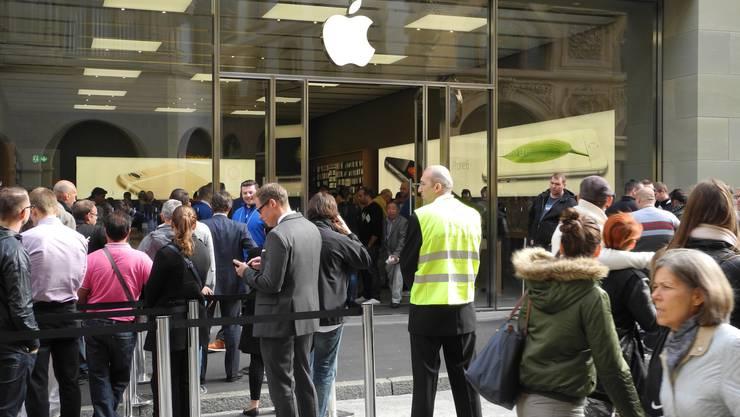 Der Andrang vor dem Appel Store in Basel.