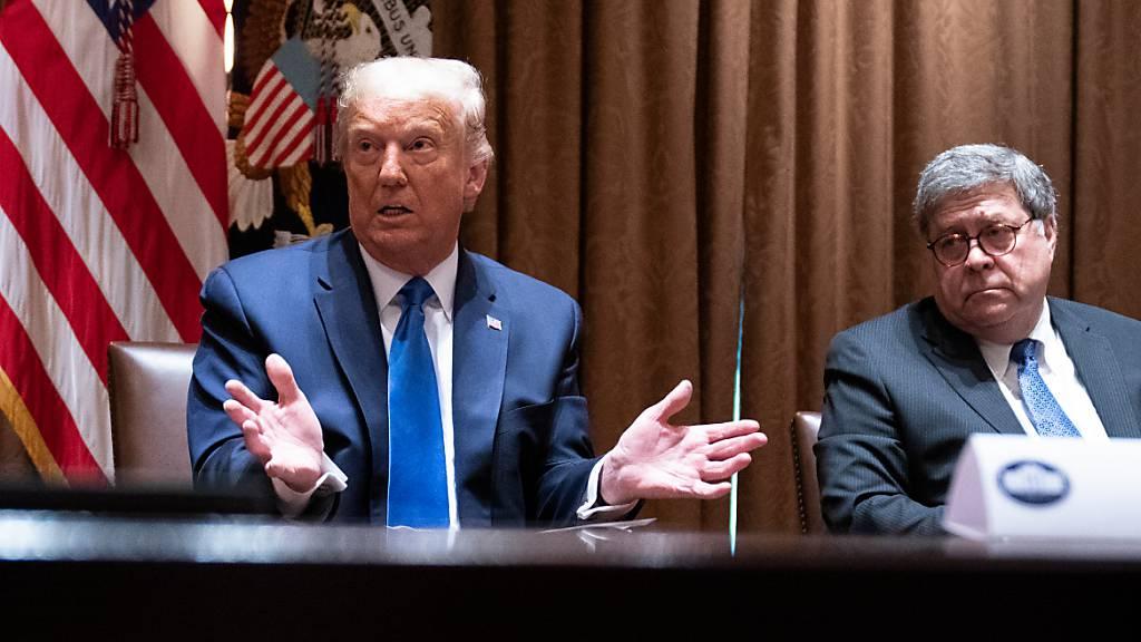 ARCHIV - Donald Trump (l), Präsident der USA, spricht bei einem Treffen mit republikanischen Staatsanwälten im Konferenzraum des Kabinetts im Weißen Haus über Social-Media-Unternehmen. Neben ihm sitzt der Justizminister der USA, William Barr. Foto: Evan Vucci/AP/dpa
