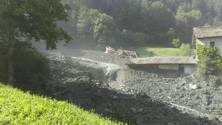 Am Mittwochvormittag ist in der Nähe des Bergdorfs Bondo ein Felssturz niedergegangen. Menschen wurden dabei glücklicherweise keine verletzt.