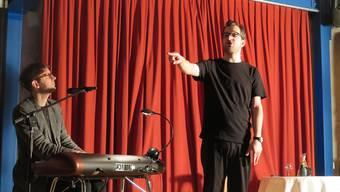 Slam-Poet Kilian Ziegler (l.) und Keyboarder Samuel Blatter in der Pfarrschür.