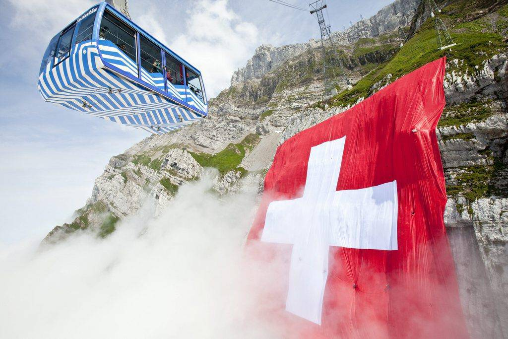 Die 80 mal 80 Meter grosse Fahne ist in der ganzen Region zu sehen.