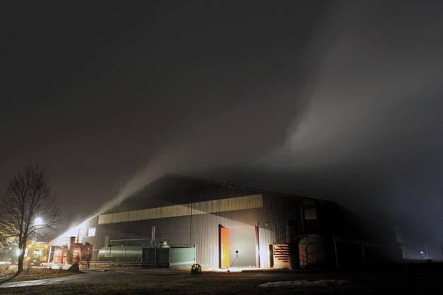Starker Rauch steigt aus der Chliriethalle aus.
