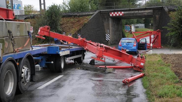 Beim Unterqueren prallte ein Lastwagen mit der Ladung gegen die Brücke.