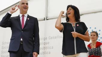 """Tatjana Binggeli, Präsidentin des Gehörlosenbunds, zeigte Bundespräsident Alain Berset die Gebärde für """"Alain Berset"""". Die Reden auf dem Rütli wurden erstmals in Gebärdensprache übersetzt."""