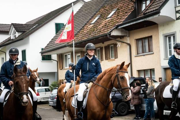 Der Kavallerieverein Zurzach macht einmal mehr den Anfang beim Winzerumzug. (Sujet 1)