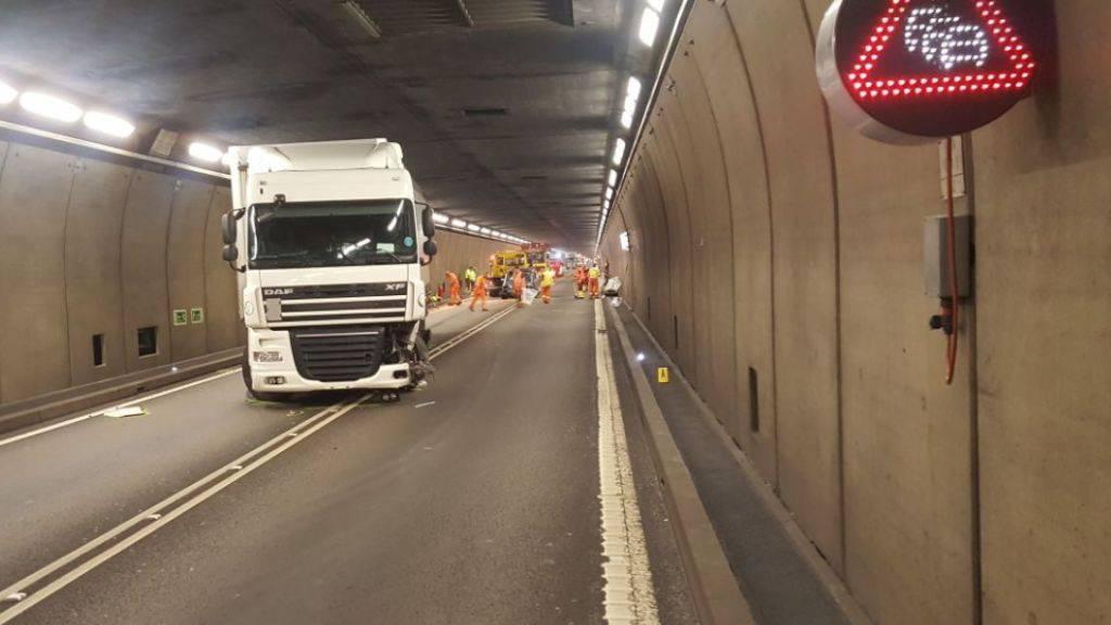 Ein Lastwagen und ein Auto sind im Gotthard-Strassentunnel zusammengestossen. (Bild Kantonspolizei Uri)