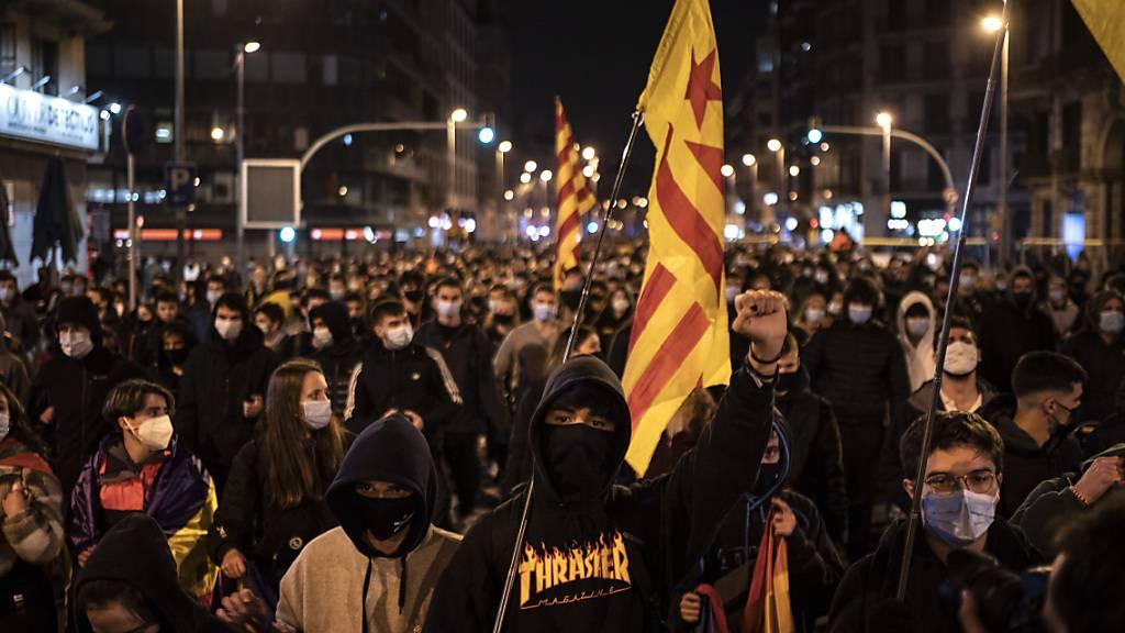 Proteste in Barcelona gegen die Verhaftung des Rappers Hasel. Foto: Felipe Dana/AP/dpa