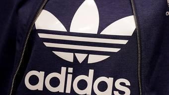 Der deutsche Sportartikelhersteller Adidas setzt den Höhenflug fort. Das Unternehmen mit den drei Streifen erwartet ein florierendes Weihnachtsgeschäft und damit ein weiteres Rekordjahr. (Archiv)