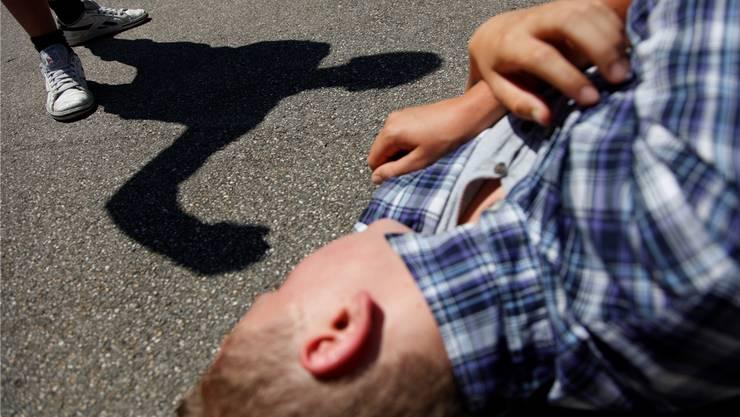 Der 27-Jährige wollte einen Streit zwischen zwei Frauen und zwei Männer schlichten. Dabei wurde er Opfer einer gewalttätigen Auseinandersetzung. (Symbolbild)
