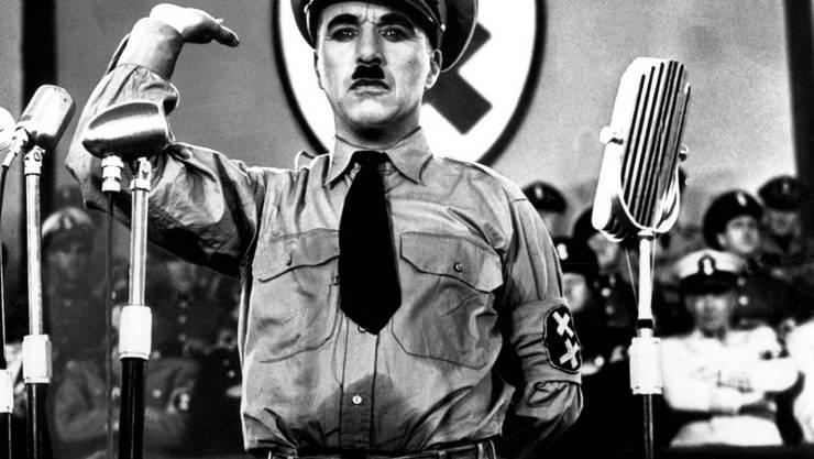 """Charlie Chaplin als Adolf Hitler im Filmklassiker """"Der grosse Diktator"""": Am (heutigen) Montag vor 40 Jahren starb der Künstler im Alter von 88 Jahren in der Schweiz."""