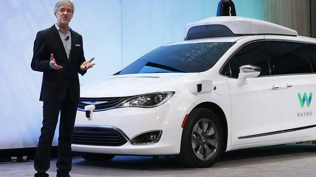 Mit Sensoren und Kameras: Waymo-Chef John Krafcik mit einem zu einem Roboter-Taxi umfunktionierten Auto des Herstellers Chrysler.