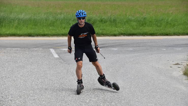 Skike-Instruktor Christof Zürcher wendet die Skate-Technik an.