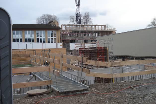 Februar 2014 Im Vordergrund ist die Baustelle der Turnhalle zu sehen, im  Hintergrund die Baustelle Oberstufenzentrum