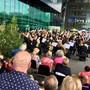Das britische Jugendorchester spielt ein Gratiskonzert zum Auftakt des diesjährigen Lucerne Festivals unter dem schützenden, weitausragenden KKL-Dach.