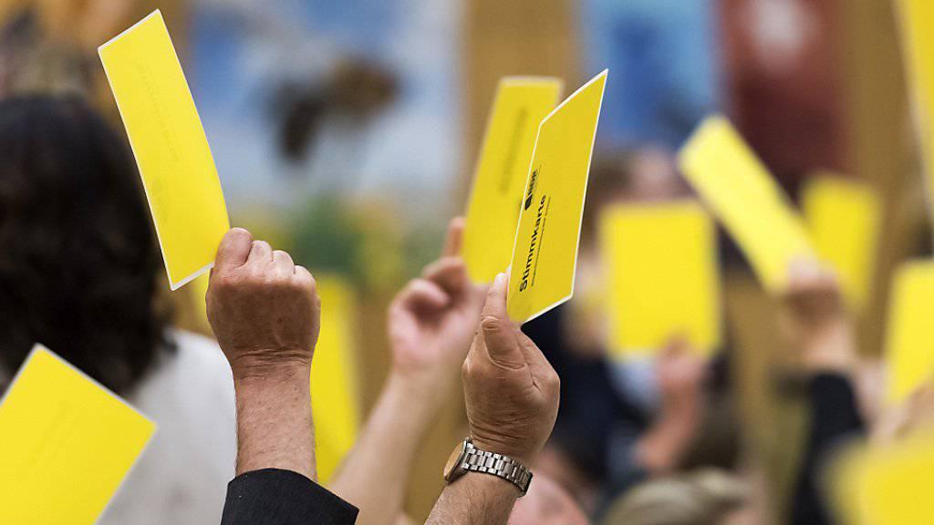 Mit gelben Zetteln für eine grüne Zukunft: Die BDP-Delegierten fassten am Samstag einstimmig die Ja-Parole zur Energiestrategie 2050.