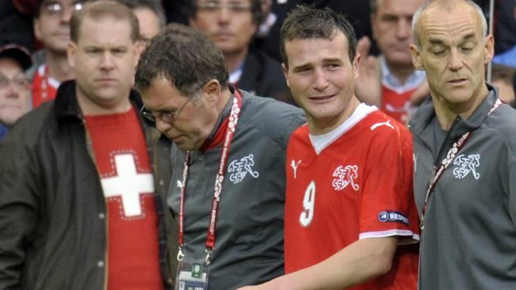 Der Moment, als ihm bewusst wird, dass alles vorbei ist: Alex Frei verlässt im ersten Spiel der Heim-EM 2008 schwer verletzt das Spielfeld im St. Jakob-Park.