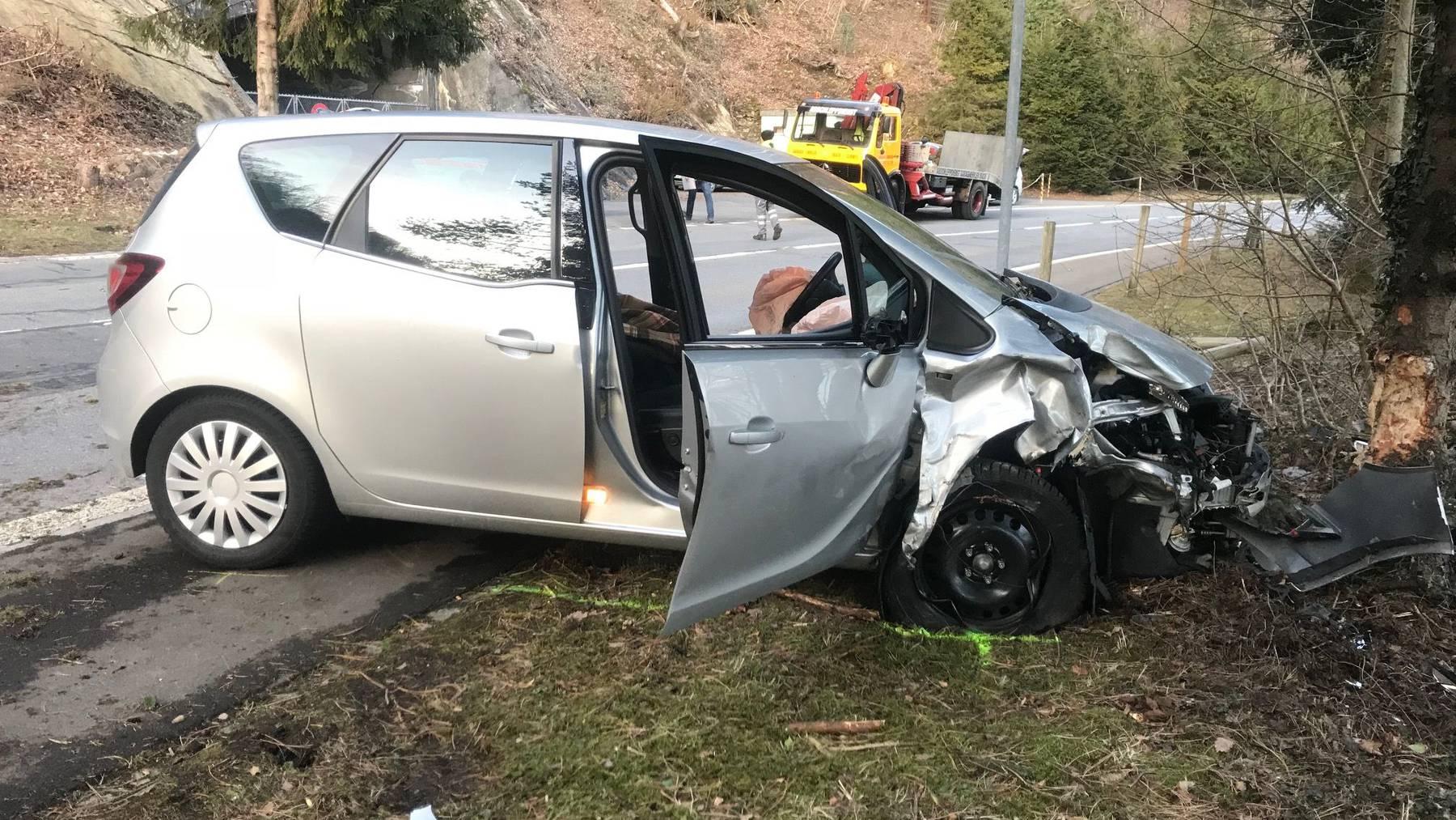 Selbstunfall Brunnen: Beifahrerin verstorben