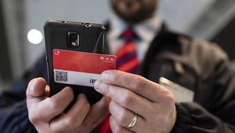 Bei jeder Kontrolle werden beim SwissPass die Uhrzeit, die Zug-/Kursnummer und die Ausweisnummer registriert. (Archiv)