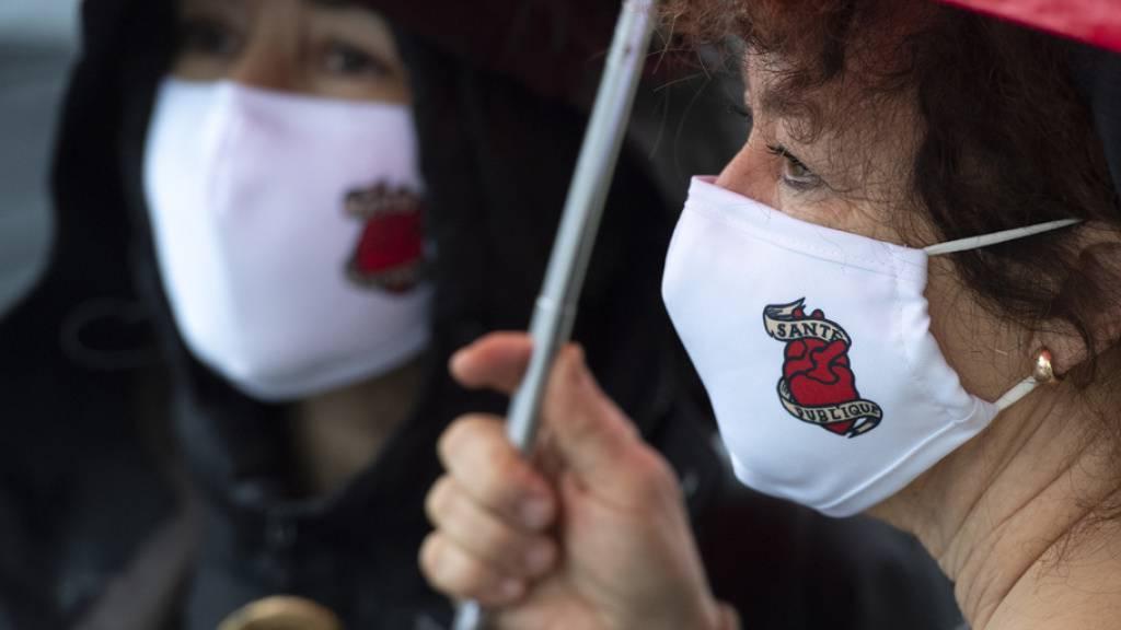 Wegen der Corona-Pandemie fiel der Protest in Neuenburg zahlenmässig bescheiden aus. Nur 25 Personen, 10 Angestellte und 15 Gewerkschafter, beteiligten sich an der Aktion.