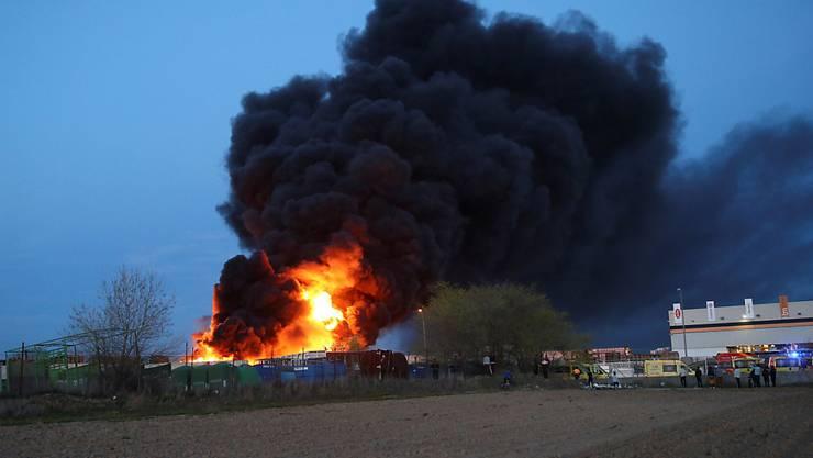 Wie spanische Medien berichteten, ging bei einem Recyclingbetrieb in der Gemeinde Alcorcón ein Lager für Holz, Papier und Kunststoff in Flammen auf.