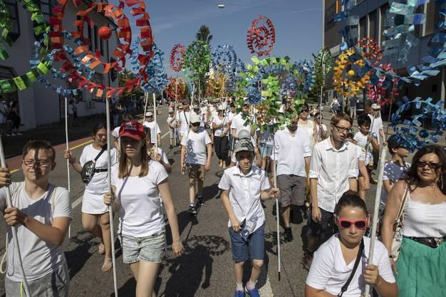Mit Sonnenbrillen, Hüten und Wasserflaschen waren die Schüler und Schülerinnen ausgerüstet.