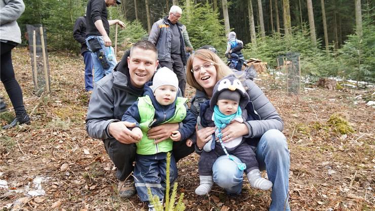 Raphael Frey (2 Jahre) hat bereits ein Wäldchen, nun hat er seinen Eltern Matthias und Melanie geholfen, eines für den kleinen Bruder Dennis zu setzen