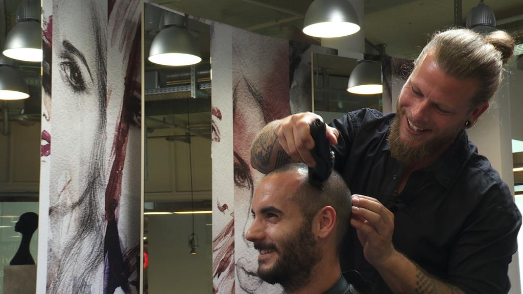 Dieser mutige Kunden liess sich von Morgen-Joe die Haare schneiden.