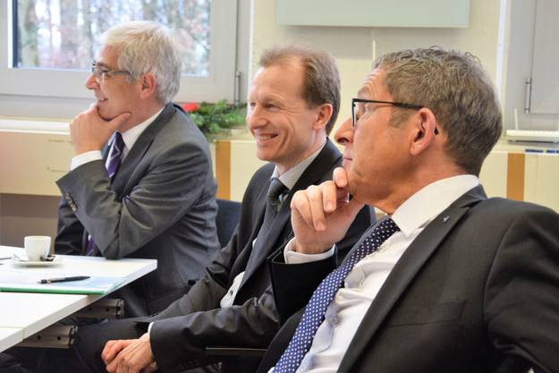 Regierungsrat UrsHofmann besucht die Interalloy AG in Schinznach-Bad; die Firma ist einspezialisierter Anbieter von Präzisionsrohren und Rohrfertigteilen;(von rechts) Urs Hofmann, Regierungsrat; Markus Rudin, Leiter Amt für Migration und Integration; Thomas Buchmann, Leiter Amt für Wirtschaft und Arbeit