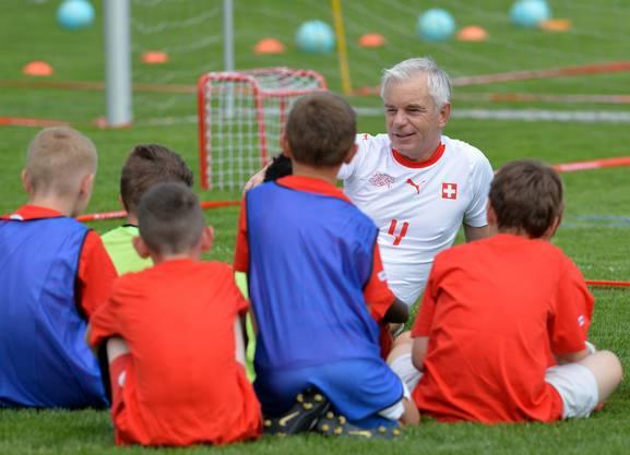 Der frühere Nationalspieler Jürg Suder gab den HSV-Juniren Tipps.