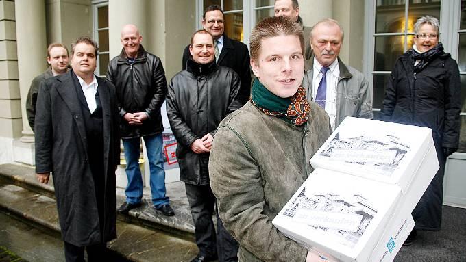 Bei der Einreichung ihrer Initiative waren die SVPler um Erich Hess (vorne) noch voller Zuversicht, gestern wurden sie kalt geduscht. (SAT)