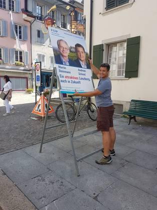 Am besten gross und präsent: FDP-Stadtratskandidat Andreas Schmid stellt sein Wahlplakat auf