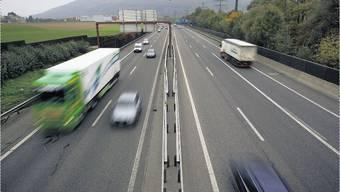 Auf der Autobahn A2 bei Augst kollidierte ein Lastwagen mit einem Personenwagen. (Symbolbild)