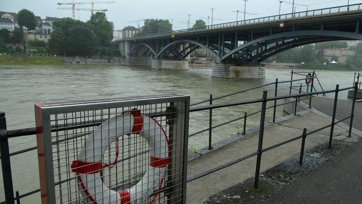 790 Zentimeter ist die Höhe des Rheinwasserpegels, bei dem die Rheinschwimmer auf keinen Fall mehr ins Wasser springen dürfen.