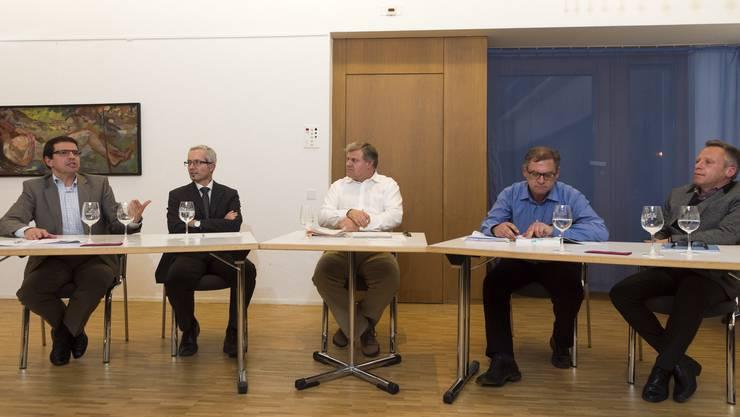 FDP-Präsident Matthias Jauslin, CVP-Grossrat Martin Steinacher, Moderator und az-Redaktor Mathias Küng, Rainer Baumgärtner zu berichten, Vizepräsident der Personalkommission der Verwaltung, Balz Bruder spielte als Präsident des Staatspersonalverbands.