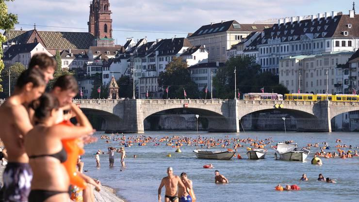Am diesjährigen Basler Rheinschwimmen haben rund 1300 Personen teilgenommen