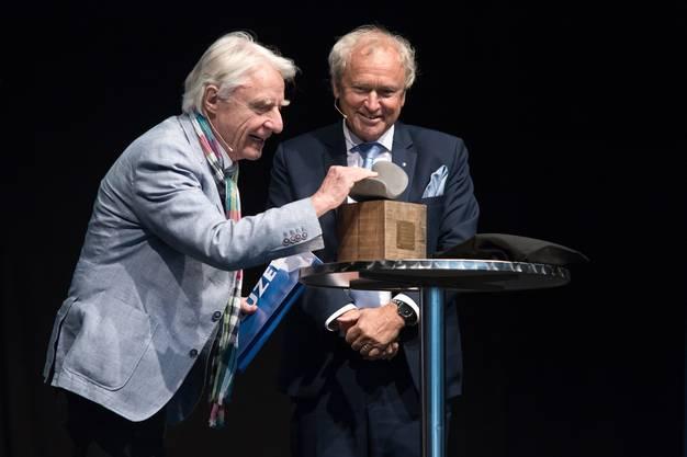 Emil Steinberger mit Regierungsrat Paul Winiker, der den Preis übergibt.