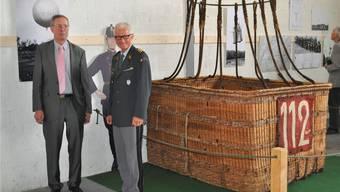 Korpskommandant Markus Gygax, Kommandant der Schweizer Luftwaffe, mit Dr. Thomas Hug, Präsident des Schweizerischen Militärmuseums Full, vor einem Ballonkorb aus dem Ersten Weltkrieg. HH
