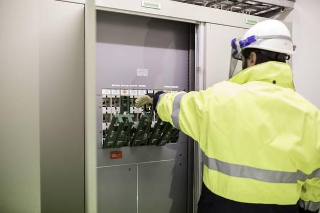 Elektriker Peter Hirschi schaltet den Strom grossflächig ab.