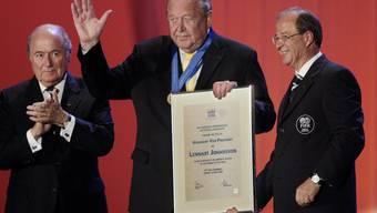 Lennart Johansson, umrahmt von Sepp Blatter und Urs Linsi, bei der Ernennung zum FIFA-Ehren-Vizepräsidenten im Jahr 2007.