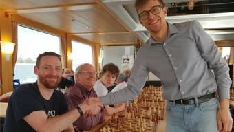 Fairer Verlierer: Grossmeister Noël Studer (rechts) gratuliert Thomas von Felten zu seinem Coup.