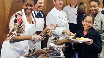 Hier macht die amerikanische Firstlady Miechelle Obama die Kellnerin