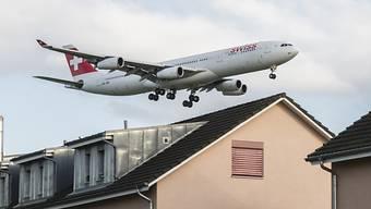Die Zahl der von Fluglärm geplagten Menschen um den Flughafen Zürich ist im vergangenen Jahr deutlich angestiegen und hat mit 61'381 Personen einen Höchststand erreicht. (Archivbild)