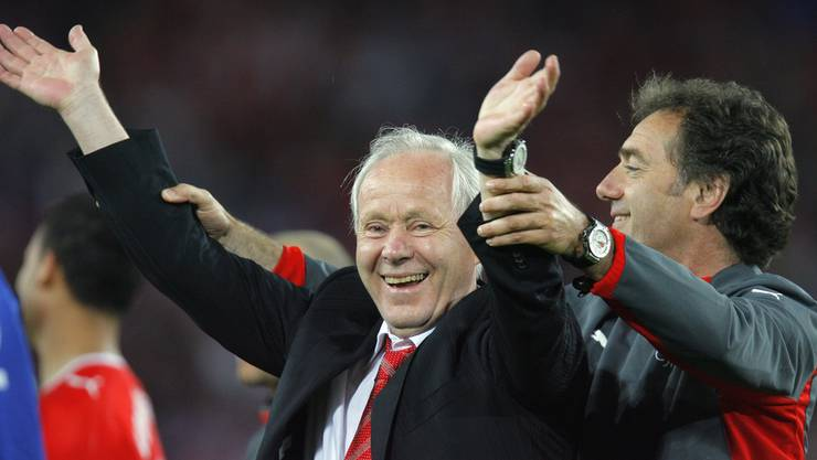Köbi Kuhn (l.) wird als Trainer der Nationalmannschaft verabschiedet. Assistenztrainer Michel Pont (r.) feiert mit ihm.