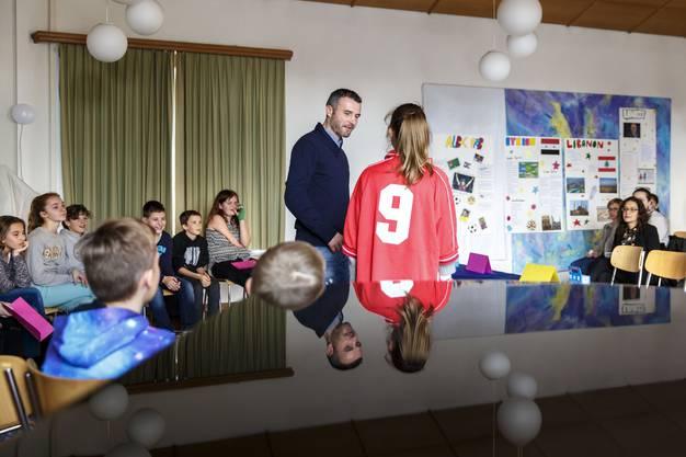 Die Schüler interviewen den bekannten Ex-Nationalspieler.