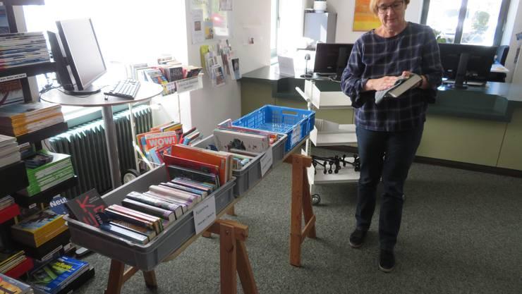 Wohlens Bibliotheksleiterin Christine Freudenthaler beim Desinfizieren der Bücher nach der Rückgabe.
